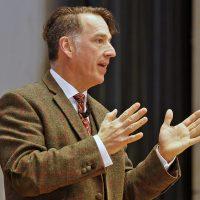 Moderator Johannes Warth startet wortgewandt in den Tag